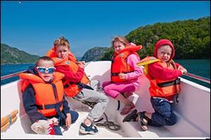 motorboat-safety-life-jackets